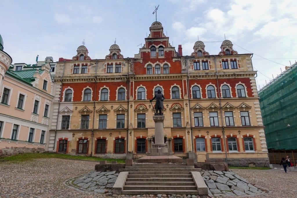 Rathaus mit Torgils Knutsson Denkmal | Wyborg